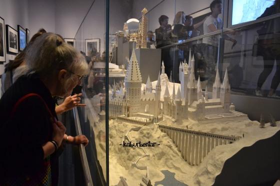 Pengunjung sedang melihat maket Hogwarts
