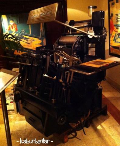 Mesin pencetak bungkus rokok