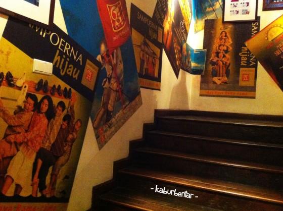 Dinding penuh poster Sampoerna
