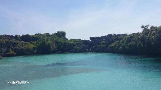 Tebing karang pemisah danau Weekuri dengan laut