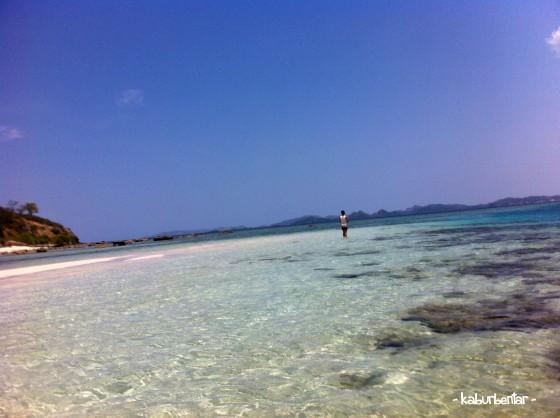 Pantai landai Pulau Kelor. Enak buat main air.
