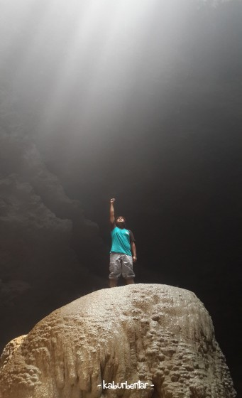 Maksud hati foto keren di atas batu ikon Luweng Grubug. Apa daya cahaya mataharinya sudah bergeser.