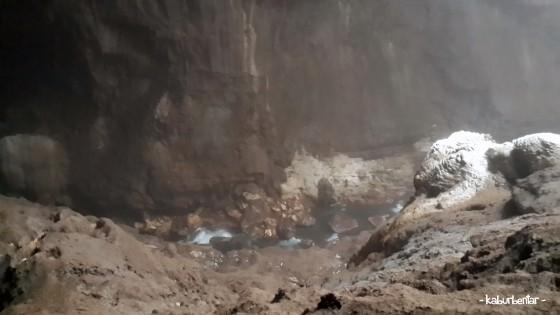Sungai bawah tanah di dalam Luweng Grubug. Sungai ini tembus sampai Pantai Baron!