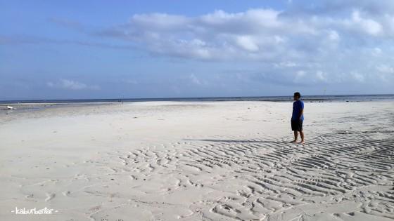 Berjalan di atas pasir bekas laut surut di Walakiri