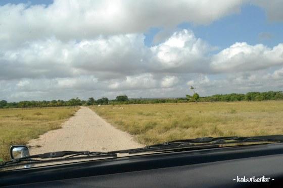 Jalan masuk menuju pantai Walakiri