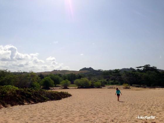 Padang pasir kecil di pantai Marosi dengan latar belakang bukit savana di kejauhan