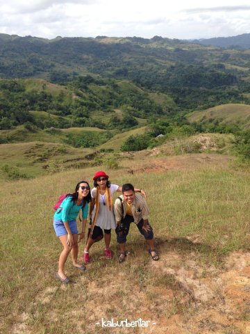Pemandangan hamparan savana di Lapale dari atas bukit